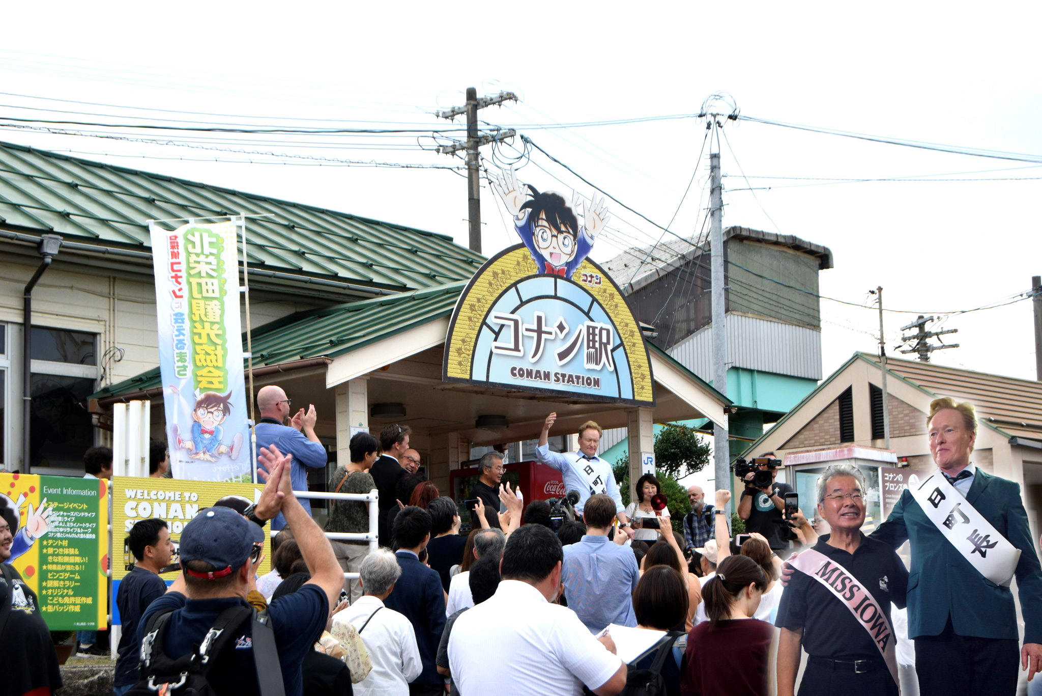 """U.S. Comedian and Talk Show Host, Conan O'Brien, stands with the mayor of Hokuei (""""Conan Town"""") in Tottori Prefecture, Mayor Matsumoto, at Conan Station to settle their feud."""